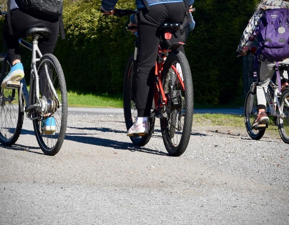Barn som cyklar.