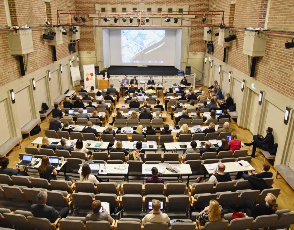 Många människor i en sal.