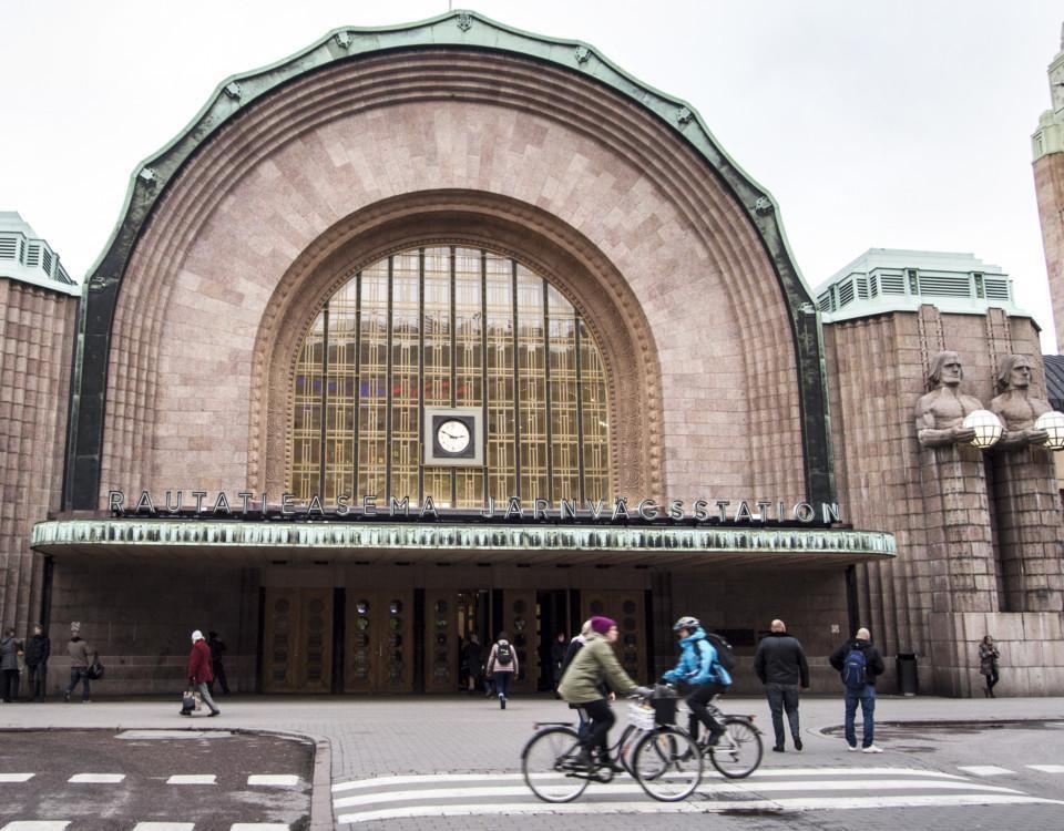 Järnvägsstationens fasad i Helsingfors.