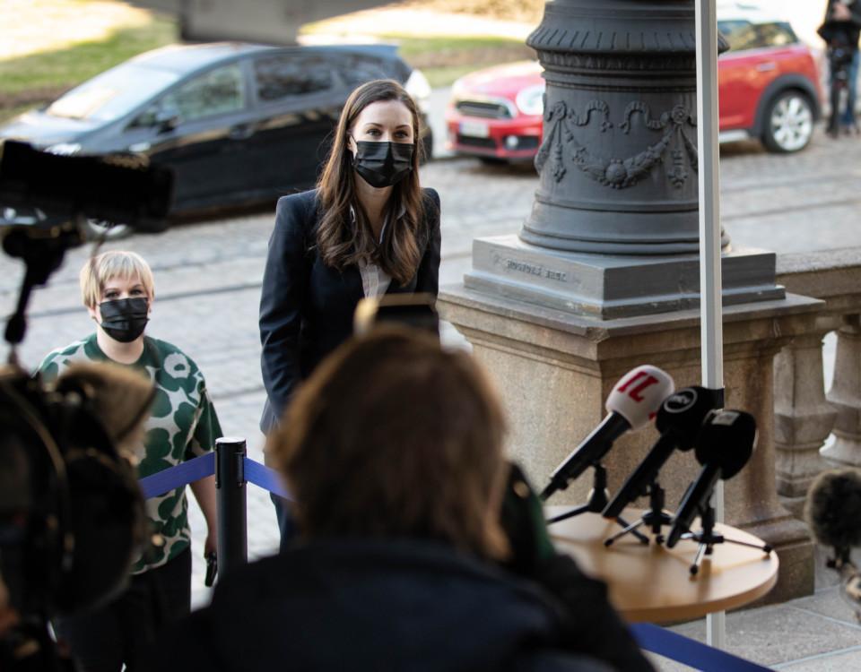 en kvinna med munskydd går upp för en trappa
