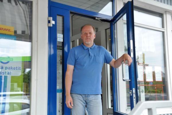 en man håller upp en dörr