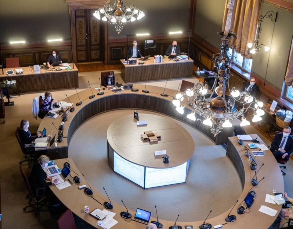 Människor möts i högtidlig mötessal