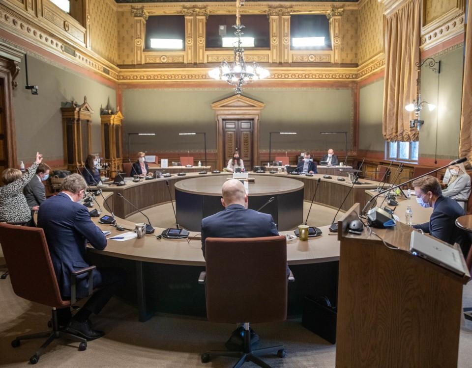 ett gäng människor runt ett bord