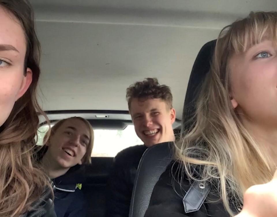 fyra ungdomar sitter i en bil