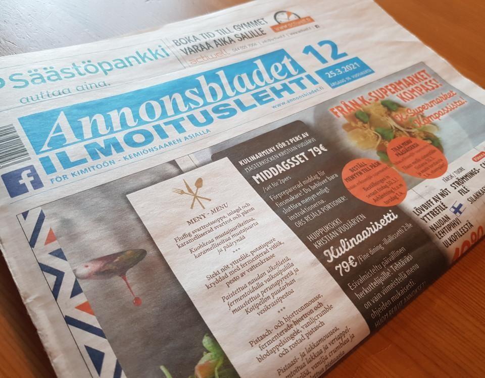 tidning ligger på ett bord