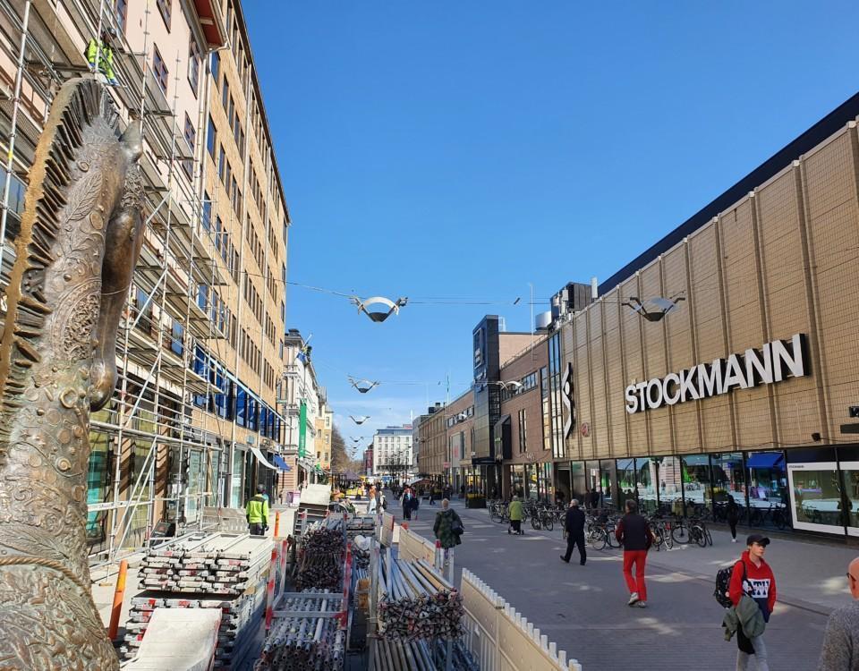 åbos gågata är både byggprojekt och människor som går till fots längs gatan