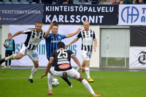 fotbollsspelare i kamp om bollen