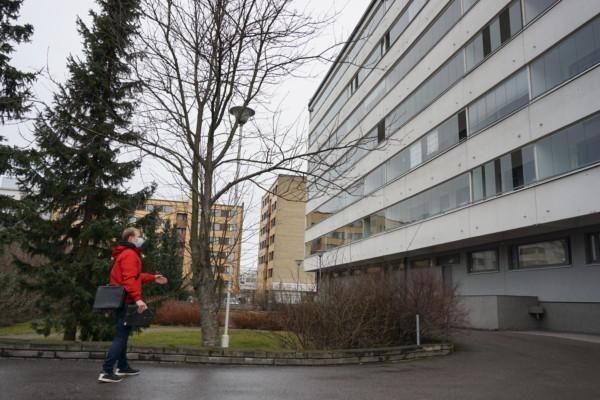 en man står framför ett höghus