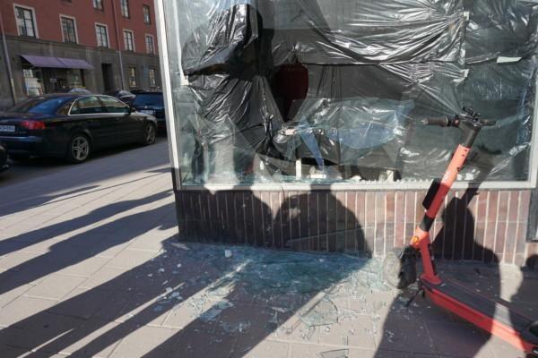 ett krossat fönster och skuggor