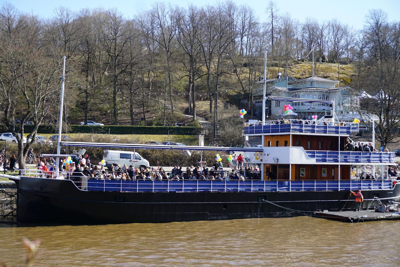 ett parkerat skepp med ballonger och folk