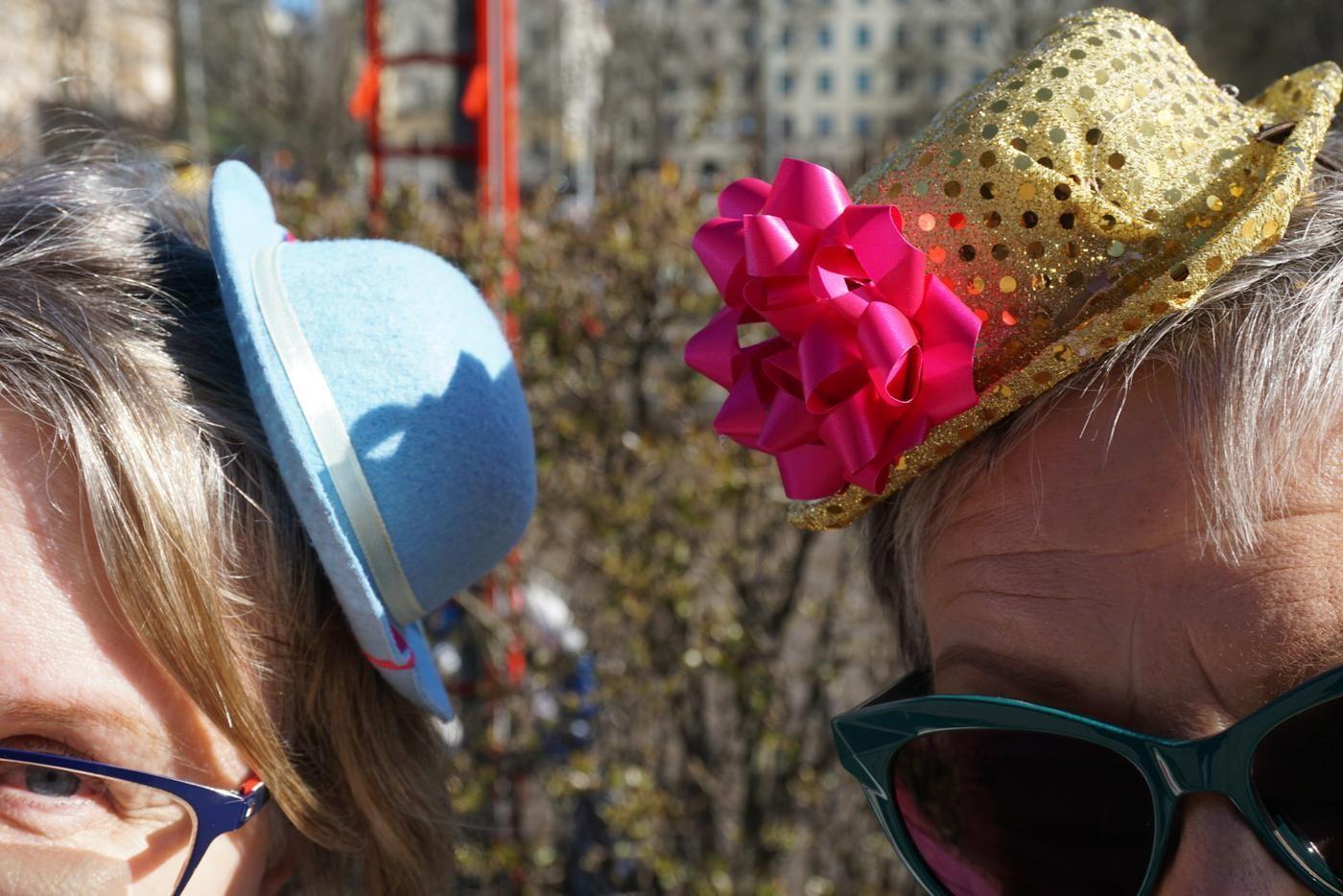 två färggranna och glittriga hattar