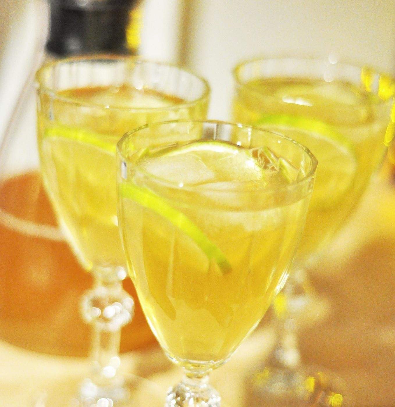 Tre vinglas med dryck.