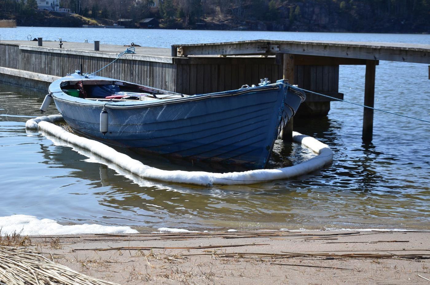 en öppen, blå båt vid en brygga