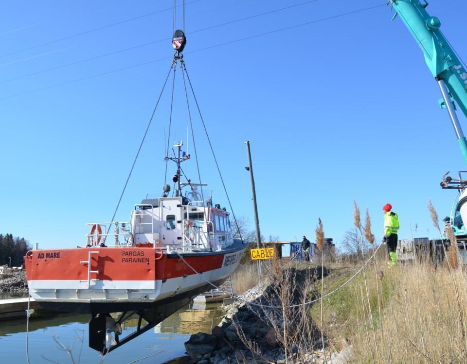 en sjöräddningsbåt sjösätts