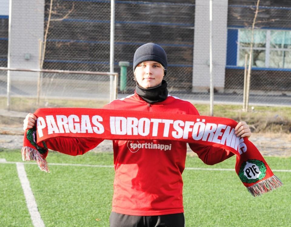 en fotbollsspelare står med en halsduk