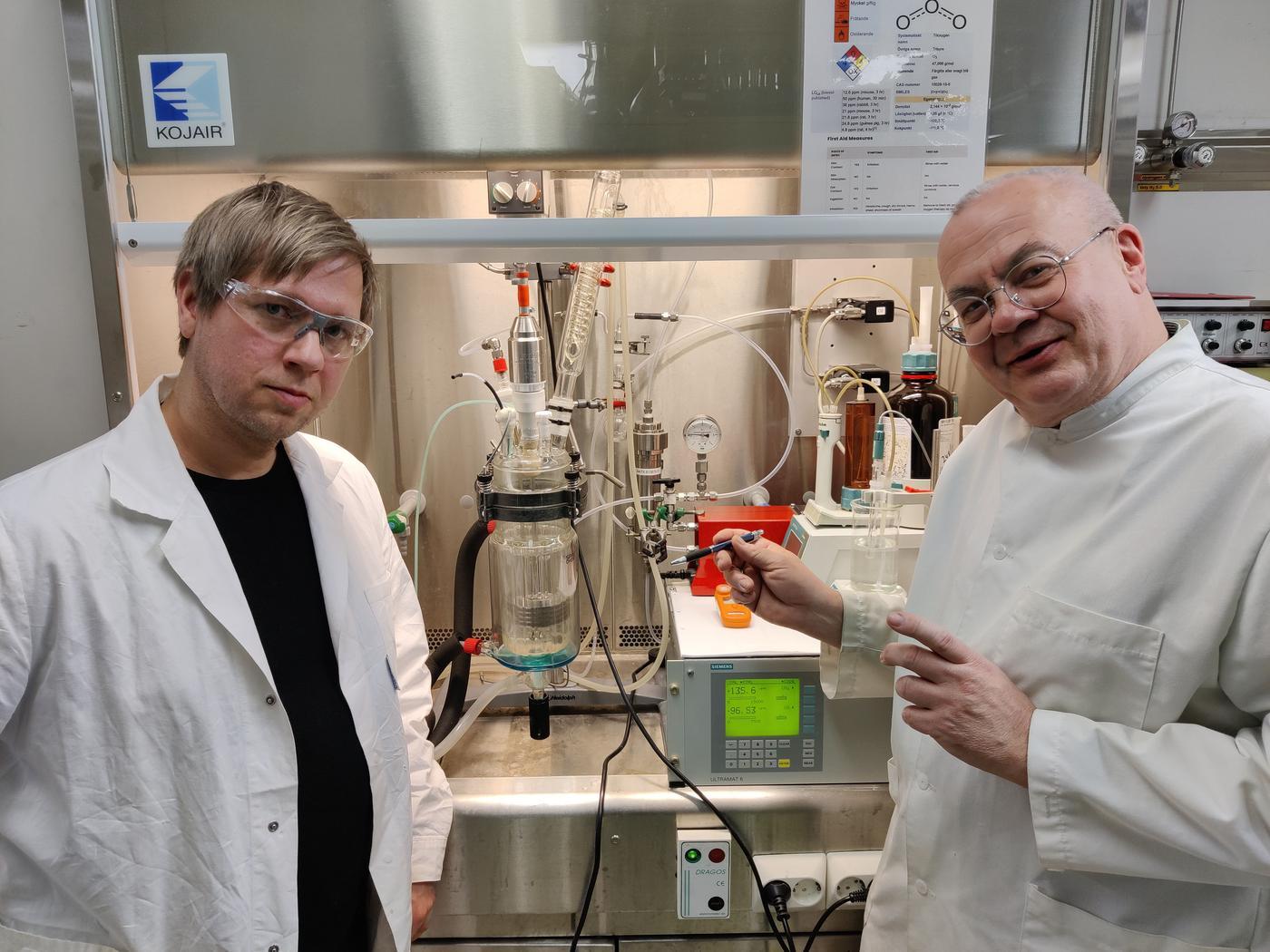 Två män i ett laboratorium.