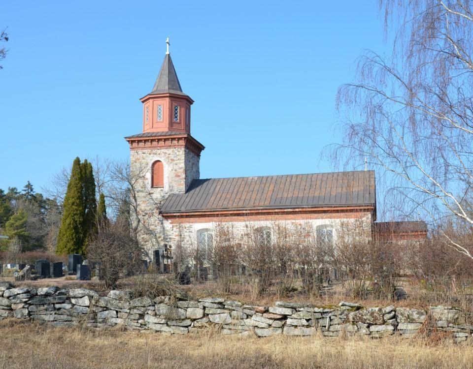 en kyrka i sten och trä