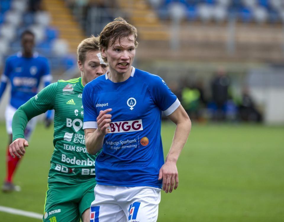 en fotbollsspelare i blå tröja