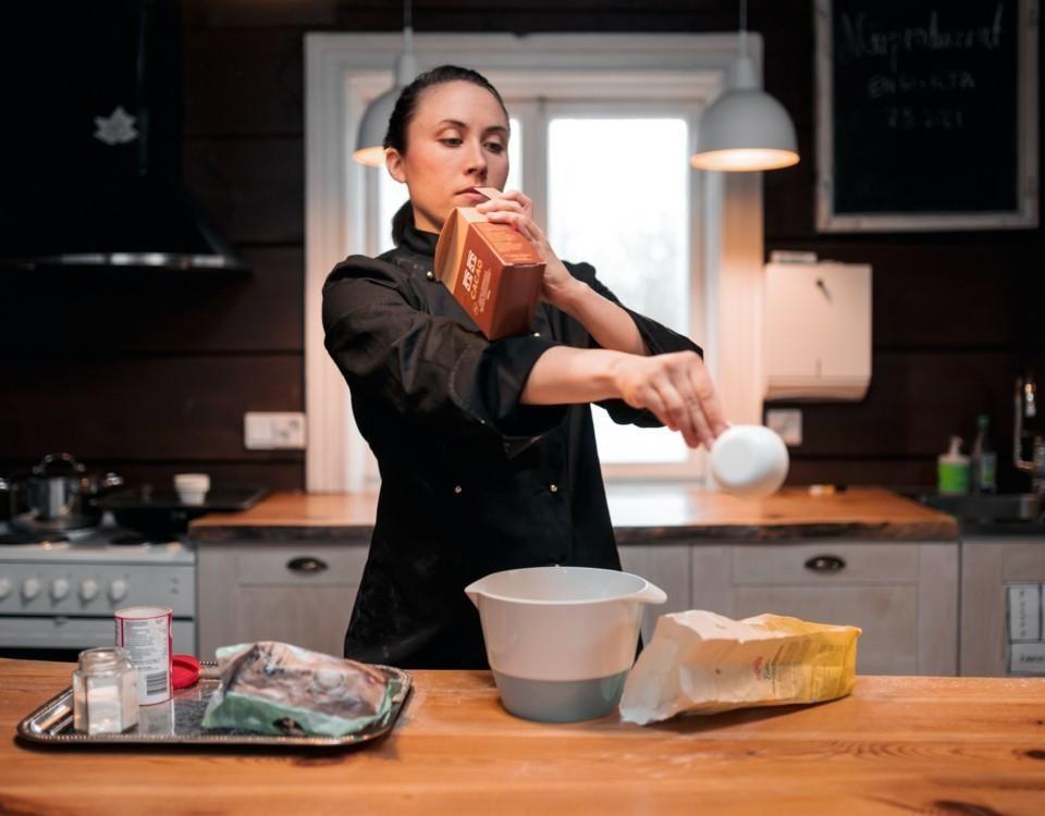 Kvinna i ett kök.