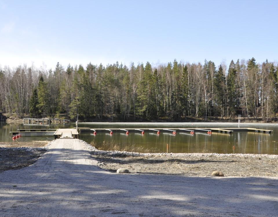 Bryggor med båtplatser i en vik