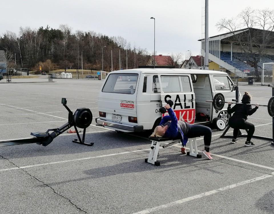En paketbild med gymutrustning utanför.