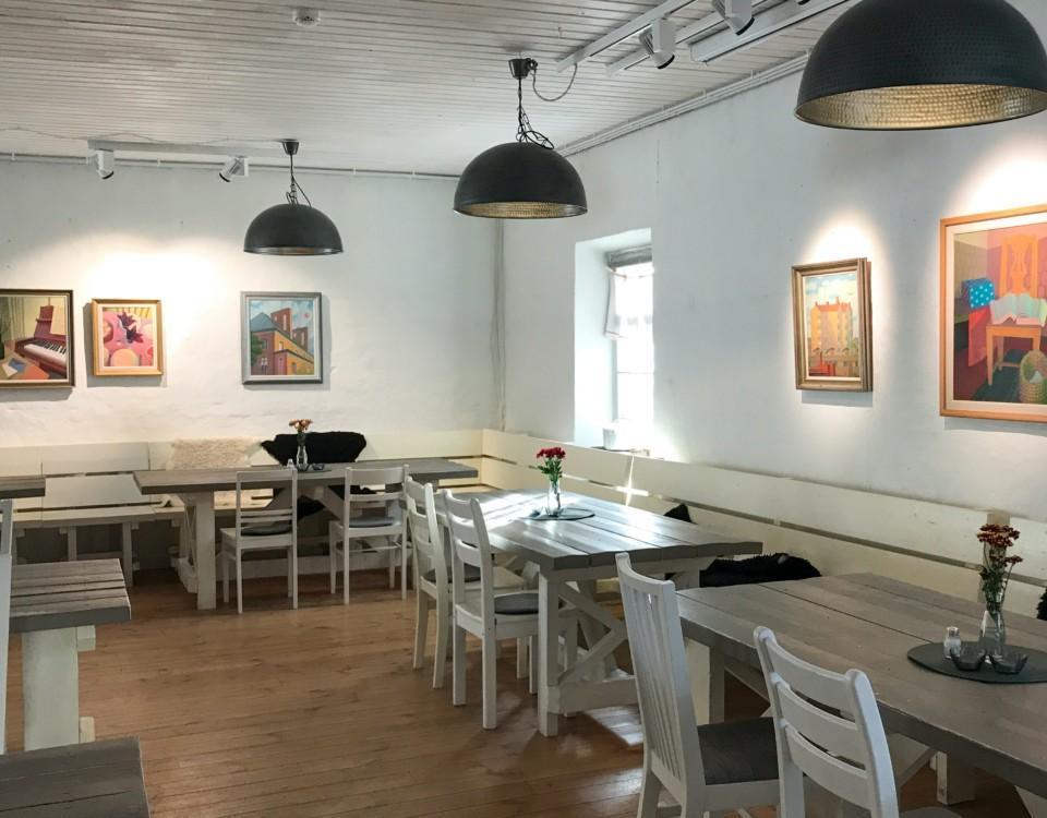 Restaurang. Oljemålningar på väggarna