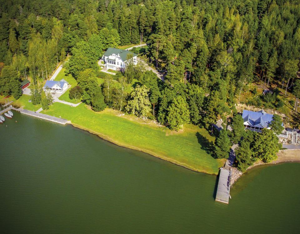 Flygbild över herrgård vid vattnet