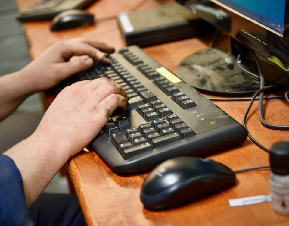 händer på ett tangentbord till dator