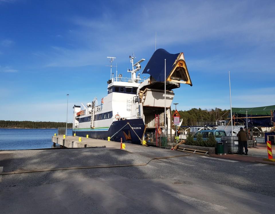 en förbindelsebåt i hamnen med bogvisiret uppe