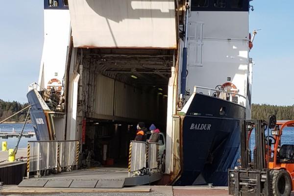 en förbindelsebåt med bogvisiret öppet för lastning
