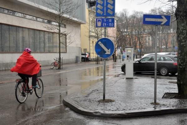 Cyklist på regnig stadsgata