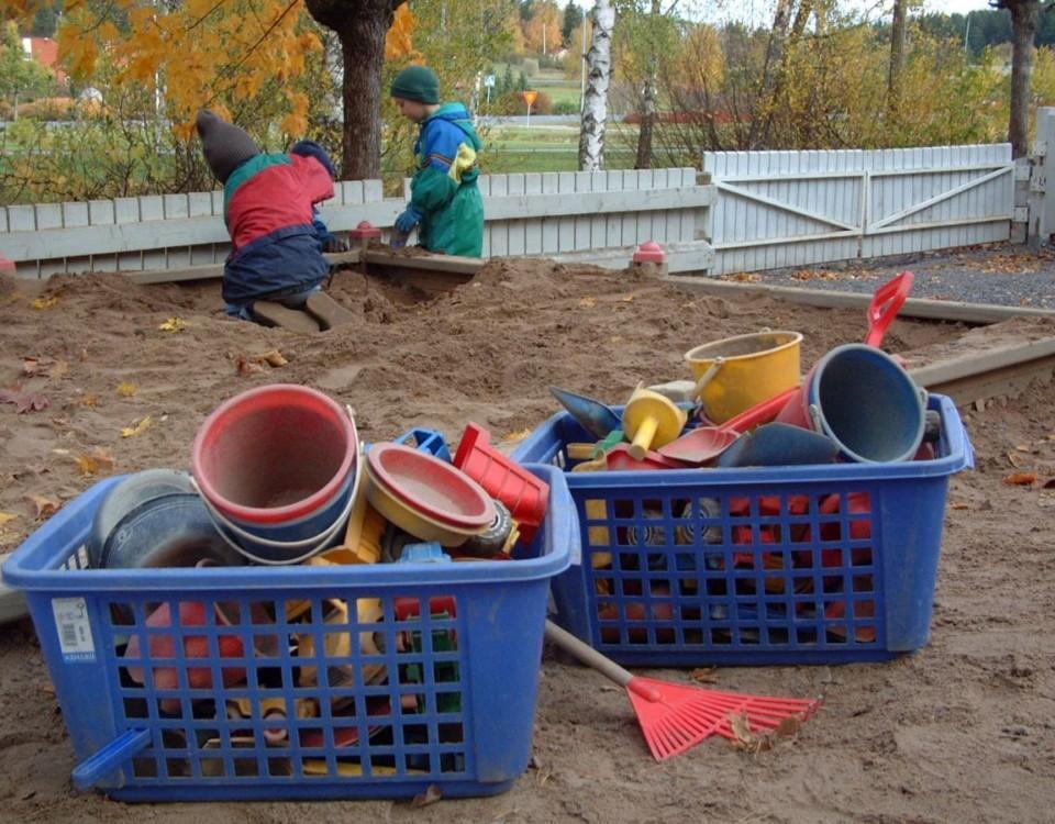 Barn leker vid sandlåda