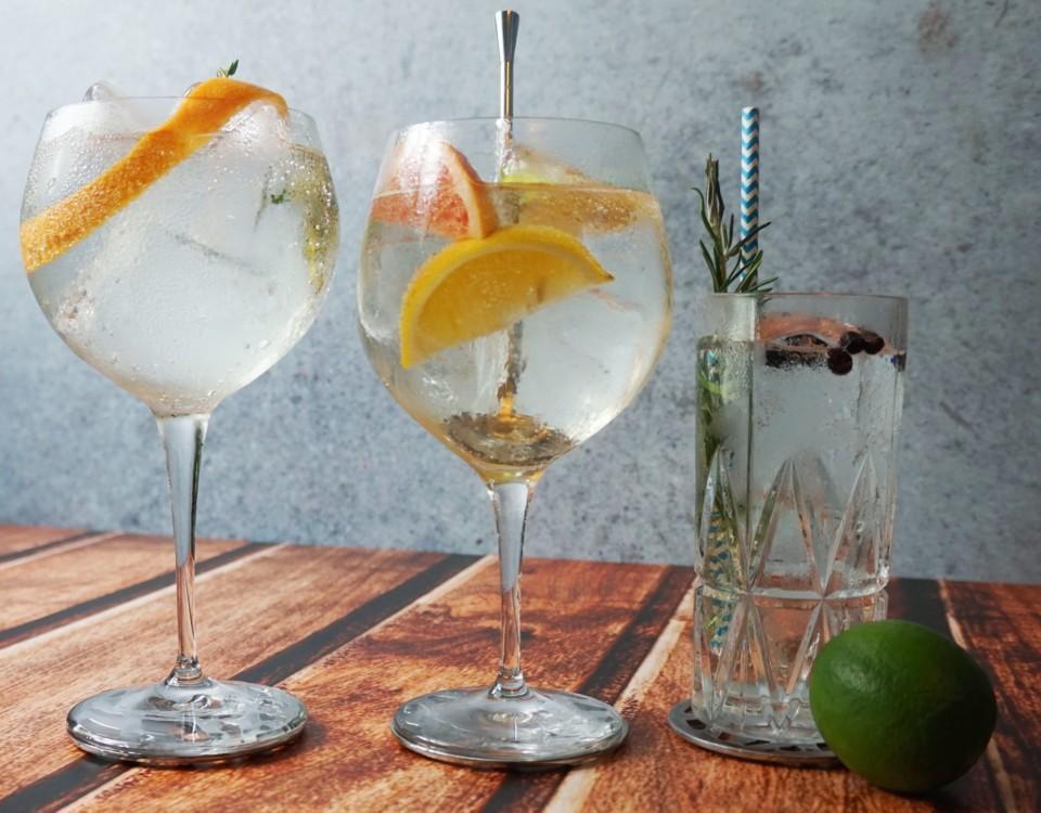Tre olika gin och tonic-drinkar.