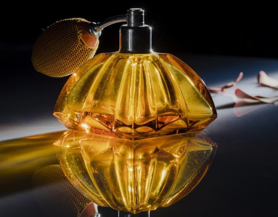 en guldfärgad liten flaska