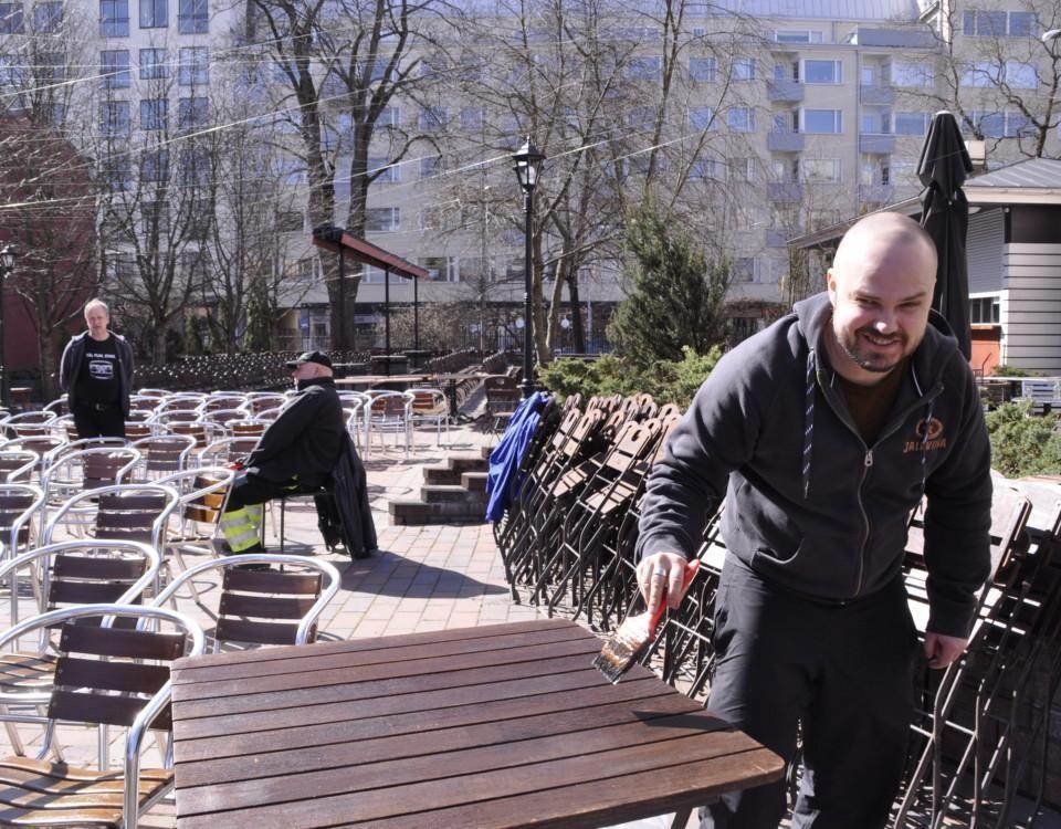en man torkar ett bord