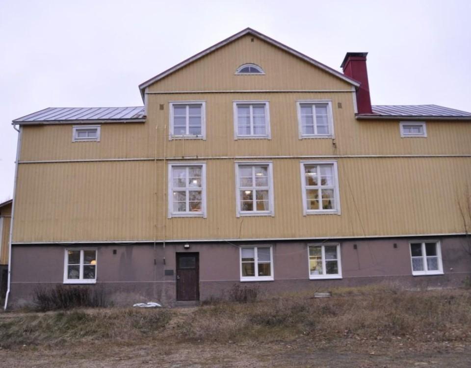en gul byggnad i trä