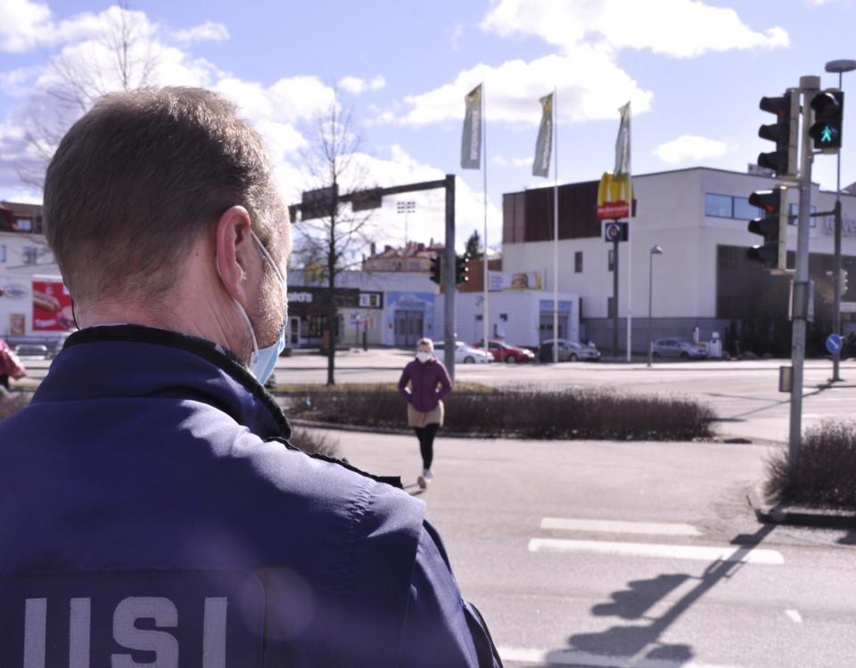 en polis vid ett övergångsställe