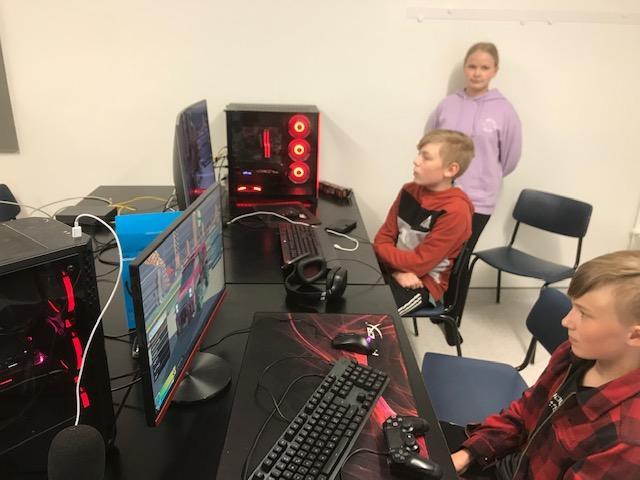 Barn sitter och spelar datorspel