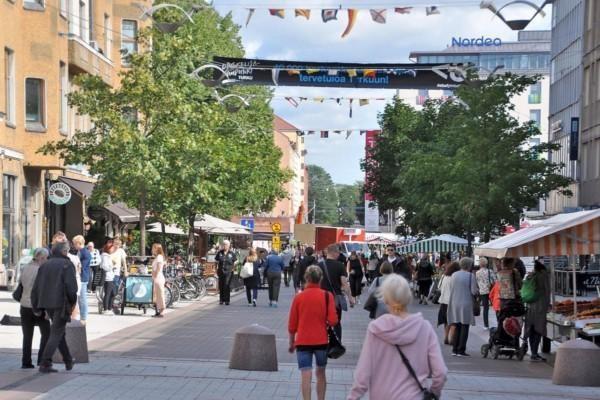 Vimmel på Universitetsgatans gågata i Åbo