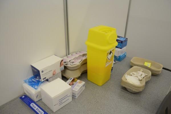 ett bord med diverse material för vaccinering