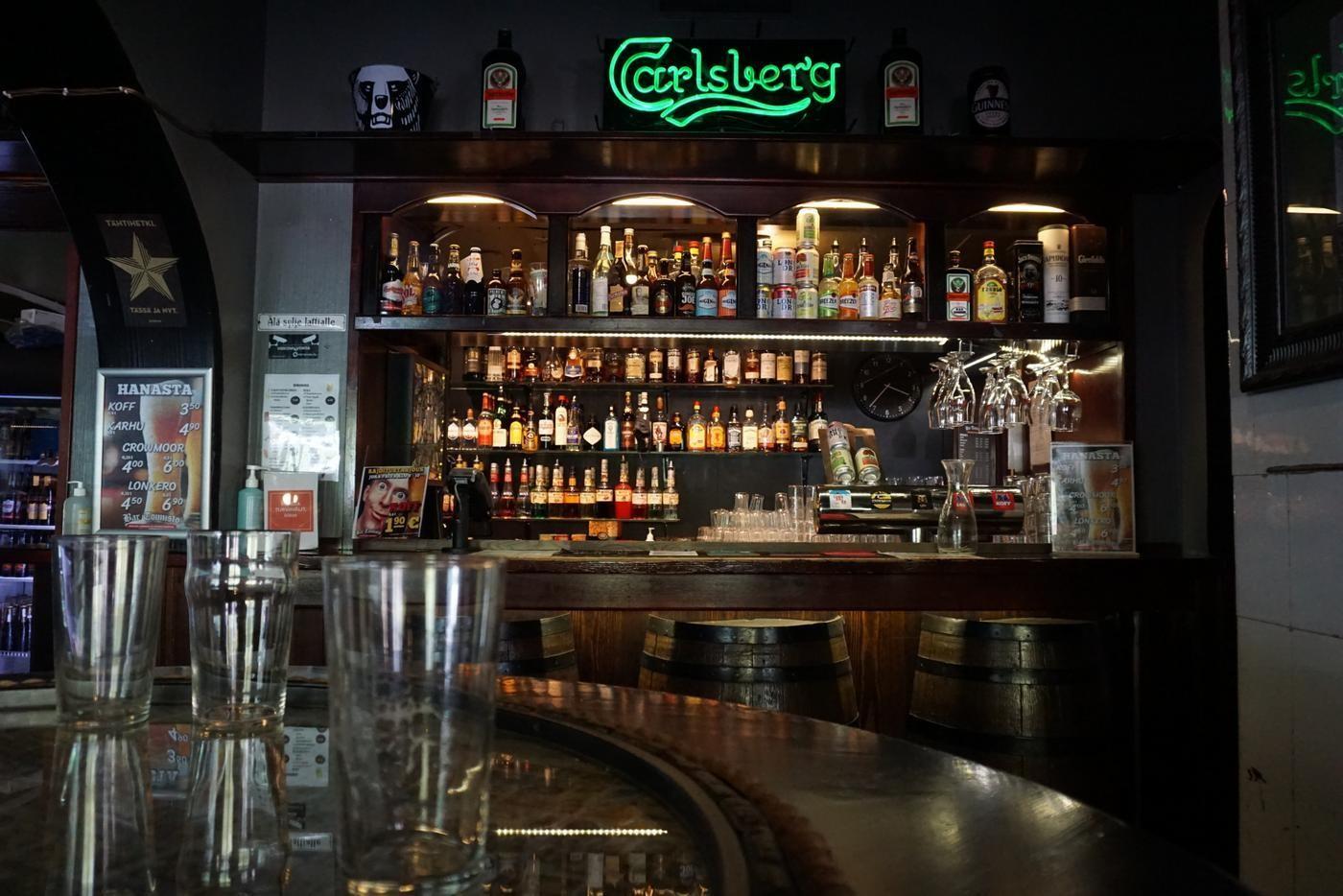 en hylla med öl på en bar