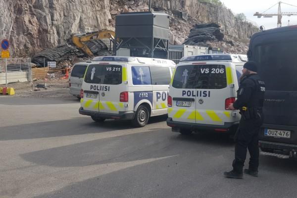 Två polisbilar och en polis