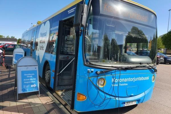 Coronabussen patrullerar dagligen i Åbo till givna adresser..