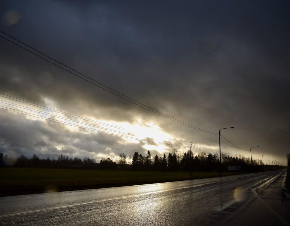 Mörk himmel vid en väg