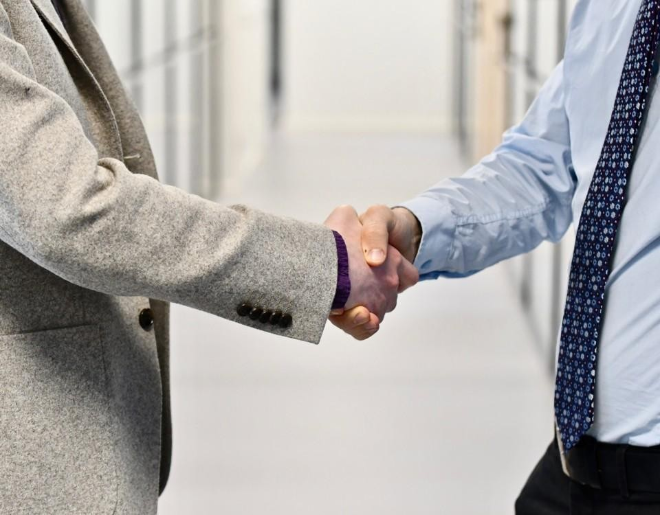Tv män som skakar hand.