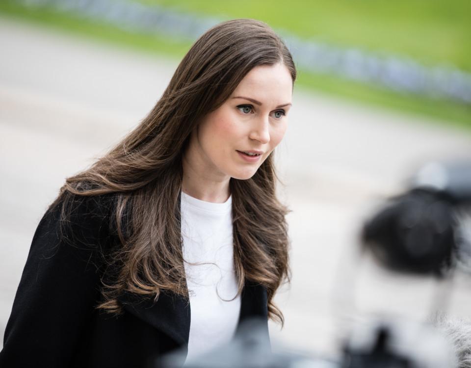Kvinna med långt hår.