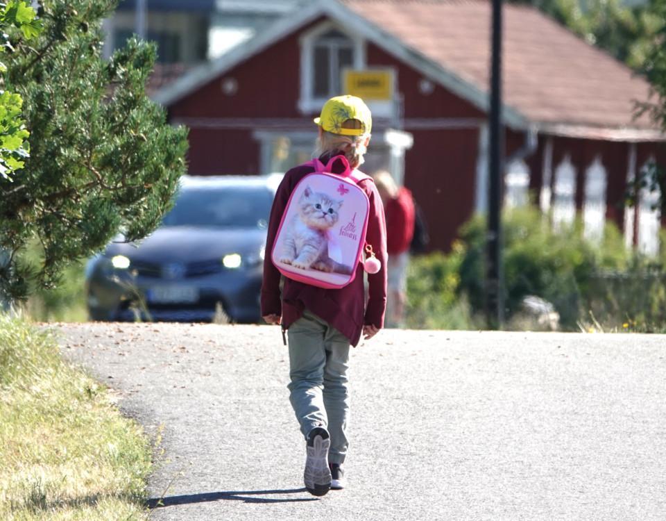 Pojke med ryggsäck.
