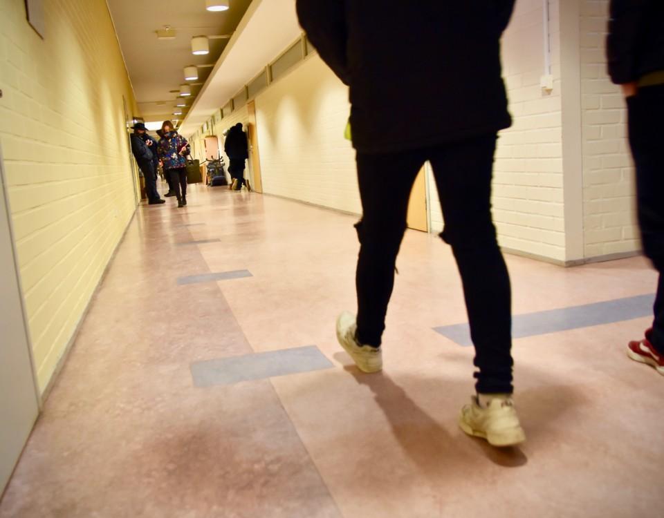 unga går i en skolkorridor
