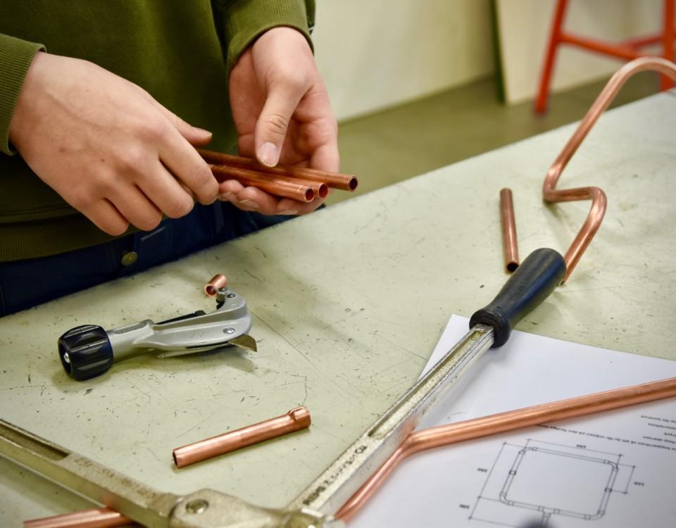 Någon som reparerar något på ett bord.