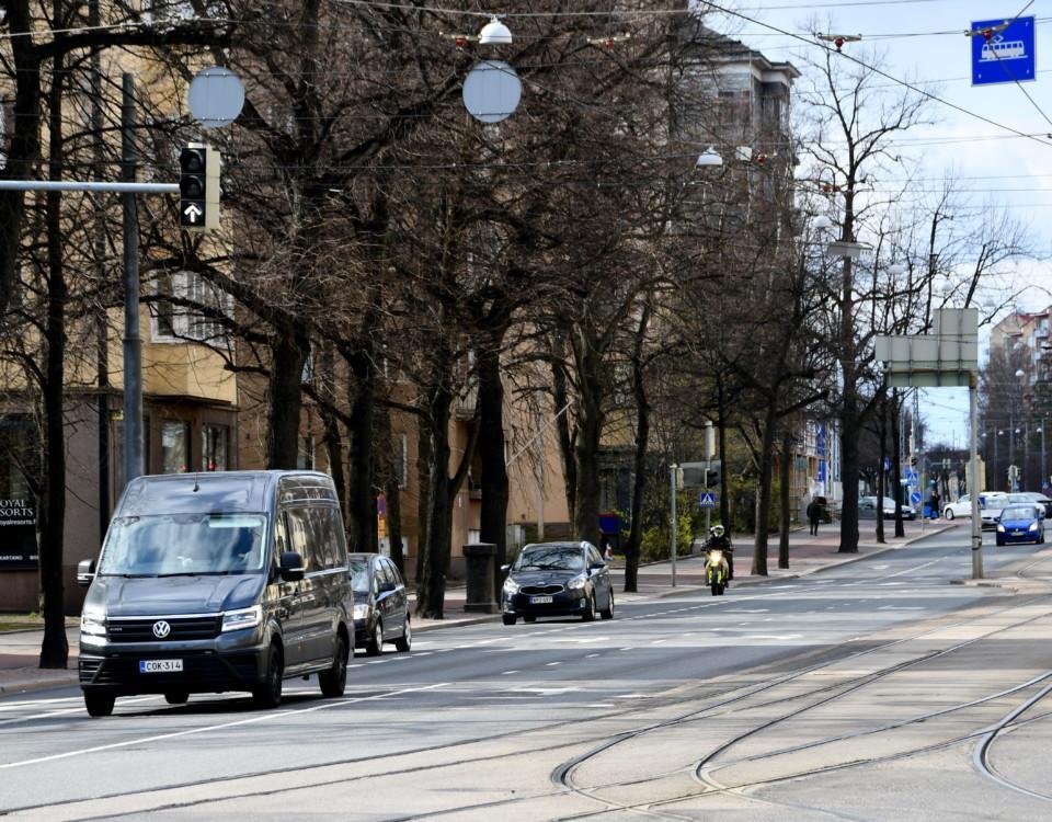 bilar kör på en gata